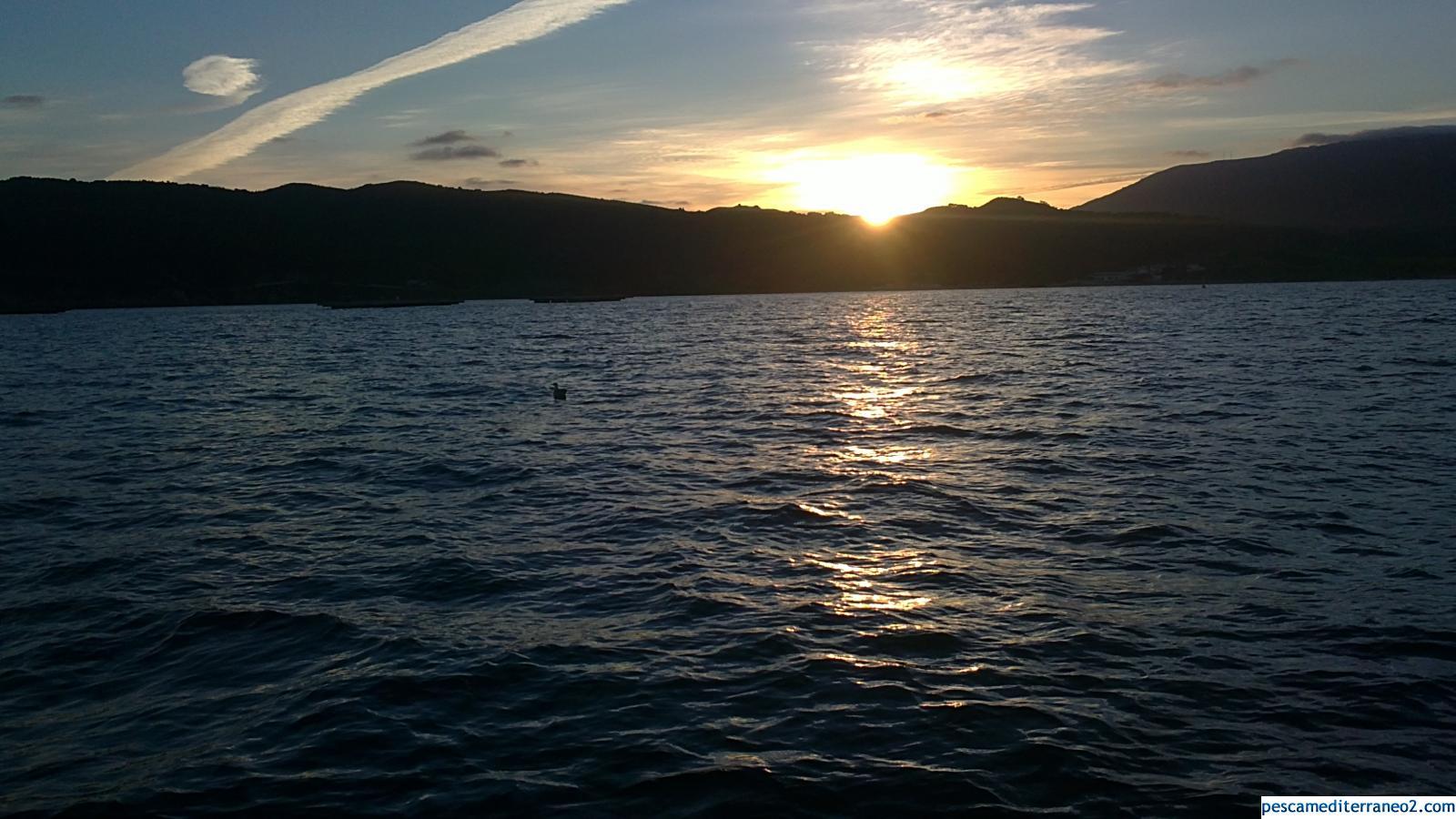 Puesta de sol pescando calamares